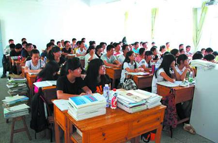 汕头:潮南区组织教师清洗校园热心人捐赠课桌椅