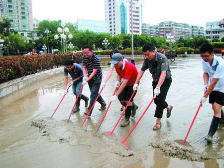 汕头:人民广场昨全面清理淤泥